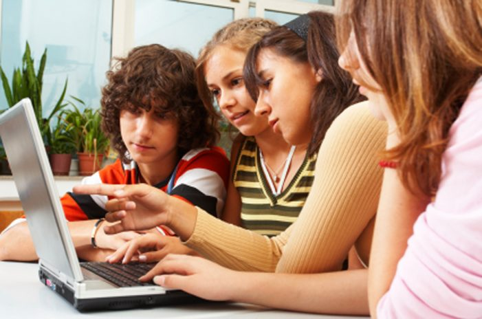Jóvenes usan YouTube y Gmail, más que otras redes sociales